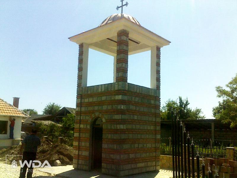 Zvonara i ograda crkve u Lepini